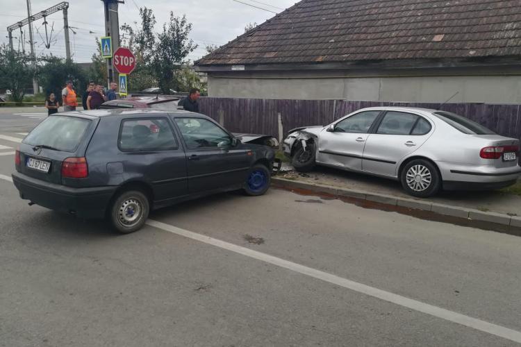 CLUJ: Adolescent de 15 ani, rănit după ce a cauzat un accident cu mașina. A încercat să fugă de poliție FOTO