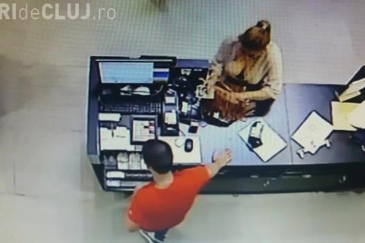 Cluj: Metodă de înșelătorie la Vivo (Polus). O femeie frumoasă cu decolteu i-a furat mințile casierului - VIDEO