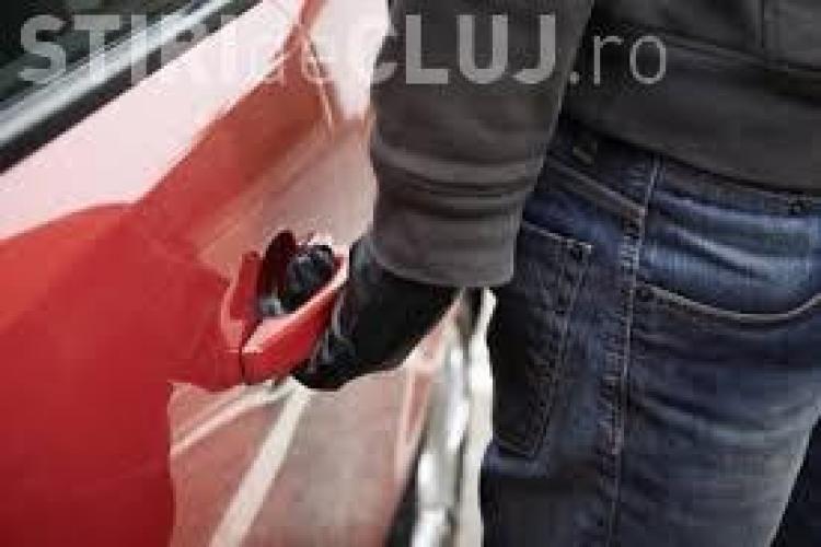 Hoți teribiliști, prinși de polițiști la Cluj. Au furat o mașină, i-au pus numere false și se plimbau cu ea prin oraș
