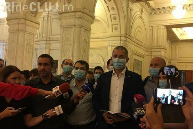 Deputații USR au protestat în Parlament. Au venit cu măști pe față, în semn de solidaritate cu protestatarii gazați de jandarmi