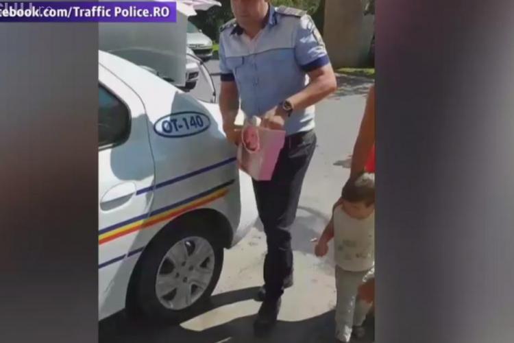 VIDEO VIRAL - Un polițist a văzut un copil fără pantofi și i-a cumpărat o pereche