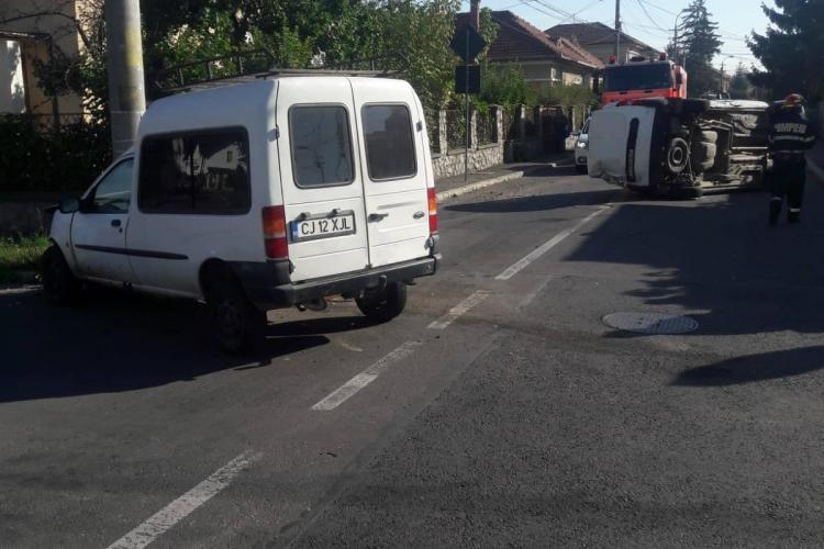 Mașină răstunată pe strada Vasile Lupu. Impactul VIOLENT i-a panicat pe localnici - FOTO
