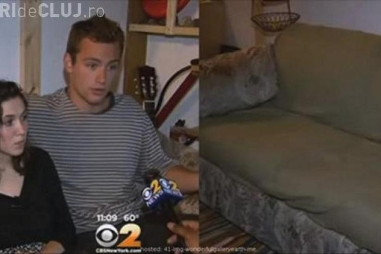 Niște studenți au primit cadou o canapea, pentru că nu aveau pe ce dormi. În saltea era o avere