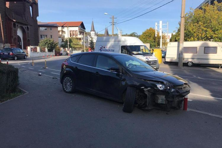 O șoferiță a rupt stâlpii metalici din fața Casei Radio. E ziua și accidentul - FOTO