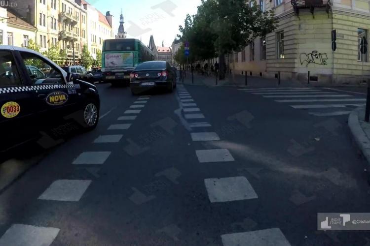 Bicicliștii nu sunt iubiți de șoferii clujeni. Circ cu un taximetrist pe strada Horea - VIDEO