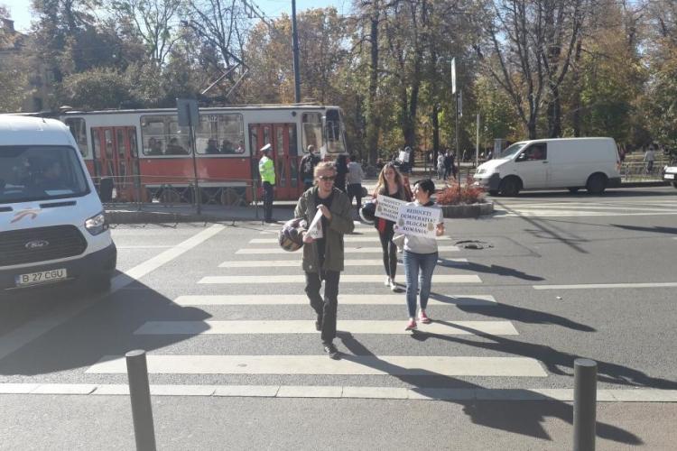 Protest în fața Operei Maghiare! Au blocat traficul traversând strada - FOTO