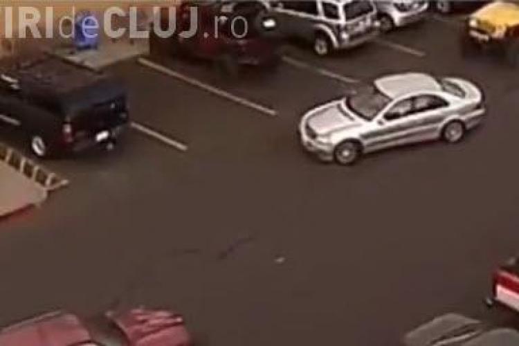 Șmecher dintr-o parcare pus la punct de un șofer cu troliu - VIDEO