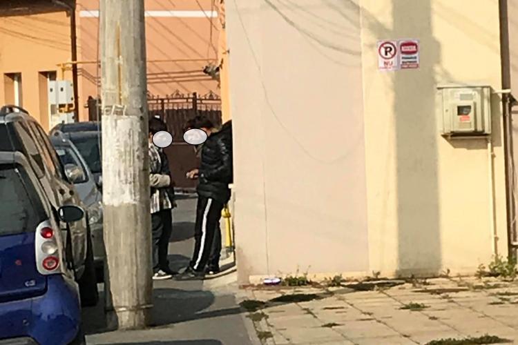 Cluj: Tânăr drogat umblă haotic printre mașini cu plicurile în buzunar - VIDEO