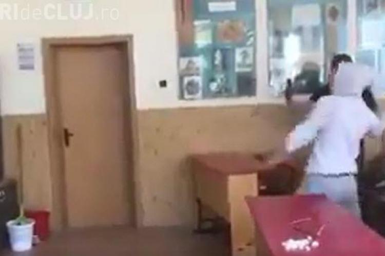 Viitorul României? Elev filmat când spărgea tabla cu o sabie - VIDEO