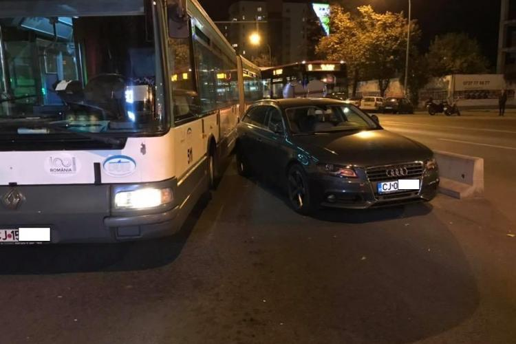 Cocalar parcat în stația de autobuz, blocând tot - FOTO