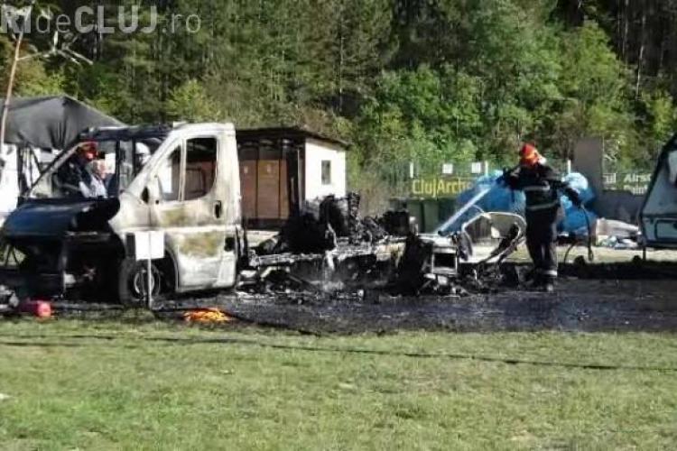 Rulota unui turist italian a ars la Cluj-Napoca, într-un camping