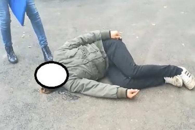 CLUJ: Drogat, zăcând pe jos în plină zi, pe strada Traian FOTO