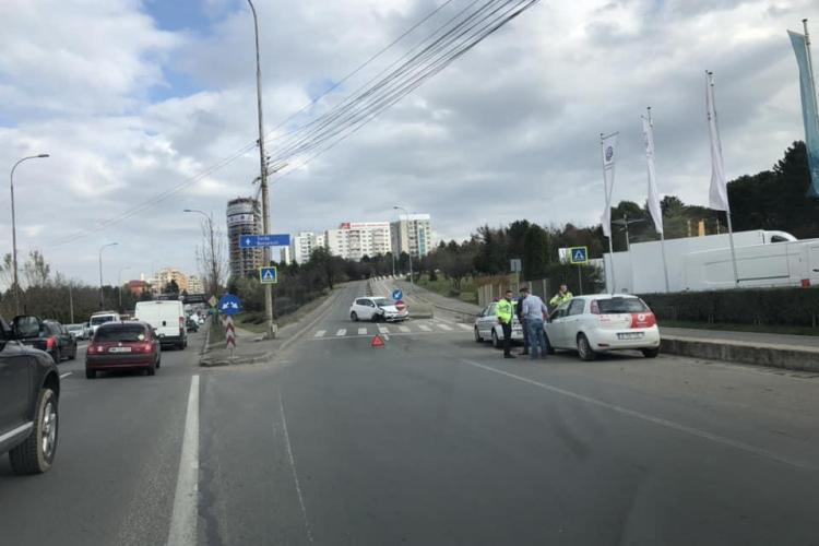 """Un șofer a scăpat """"ca prin urechile acului"""" după ce a făcut accident la intrare în Cluj. A izbit în plin un parapet FOTO"""