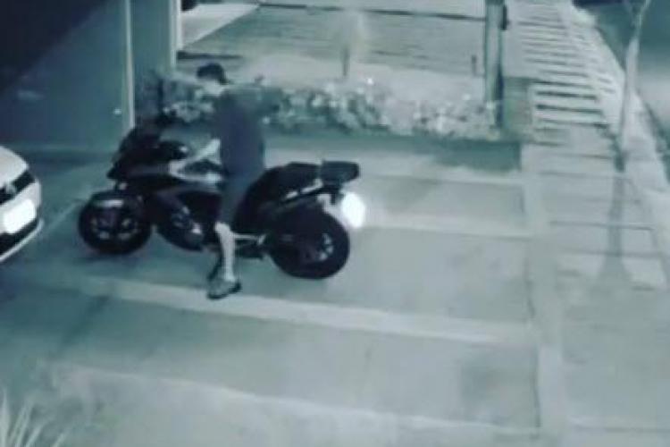 Cel mai prost motociclist. NU poate nici să o țină pe loc drept - VIDEO