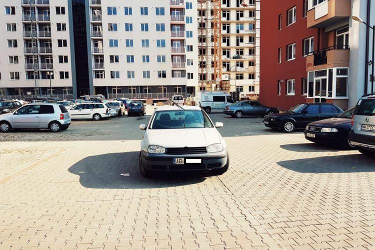 Parcare de nesimțit la Cluj! Și-a lăsat mașina pe mijlocul căii de acces FOTO