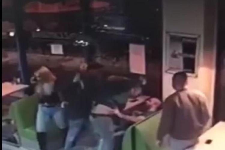 Bătaie în fața unui fast food de pe Memorandumului! Oamenii au fugit în local. Ce a urmat!