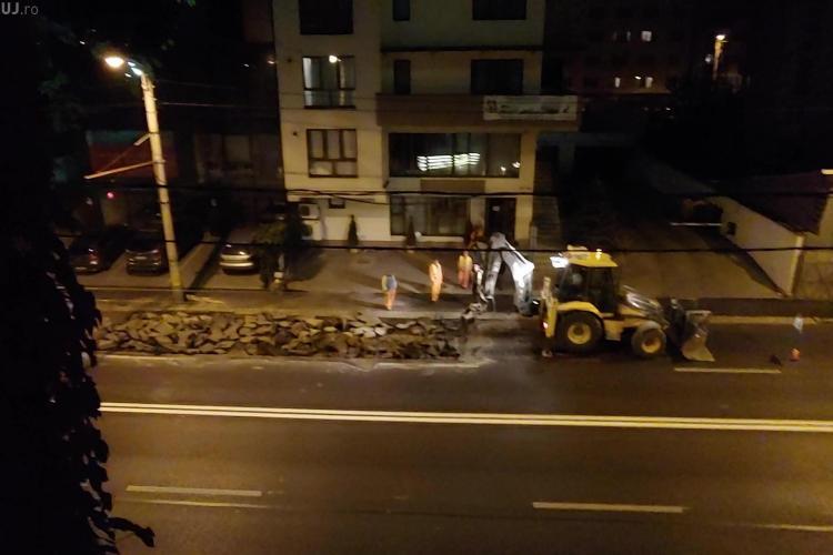 Strada Teodor Mihali este spartă, după ce a fost asfaltată. Primăria susține că vina e la Compania de Apă - VIDEO