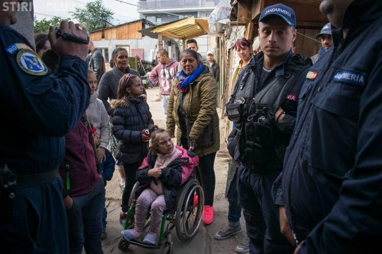Primăria Cluj-Napoca a evacuat niște oameni săraci din locuință cu tot cu copii - VIDEO