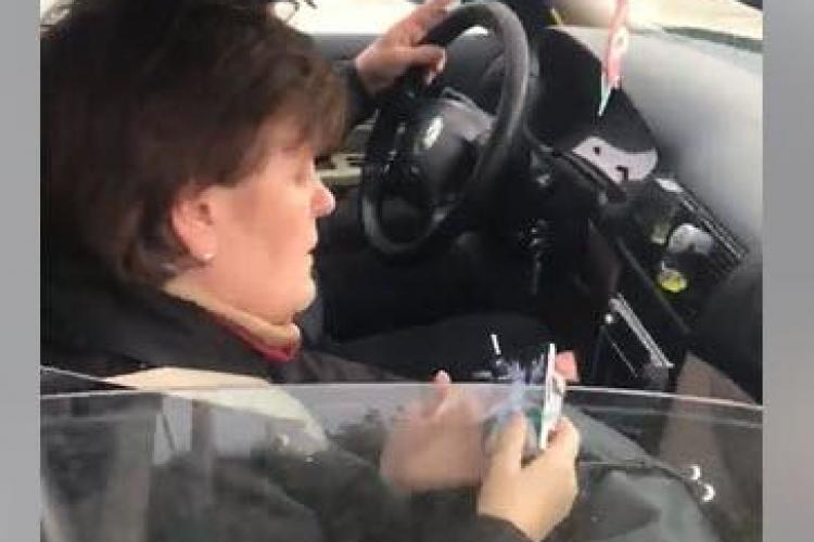 Femeie prost crescută, făcută de râs după ce a aruncat gunoaie din mașină pe drum - VIDEO