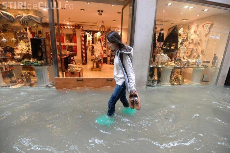 Veneția e inundată în proporție de 70% , din cauza furtunilor. Apa le ajunge oamenilor până la brâu FOTO