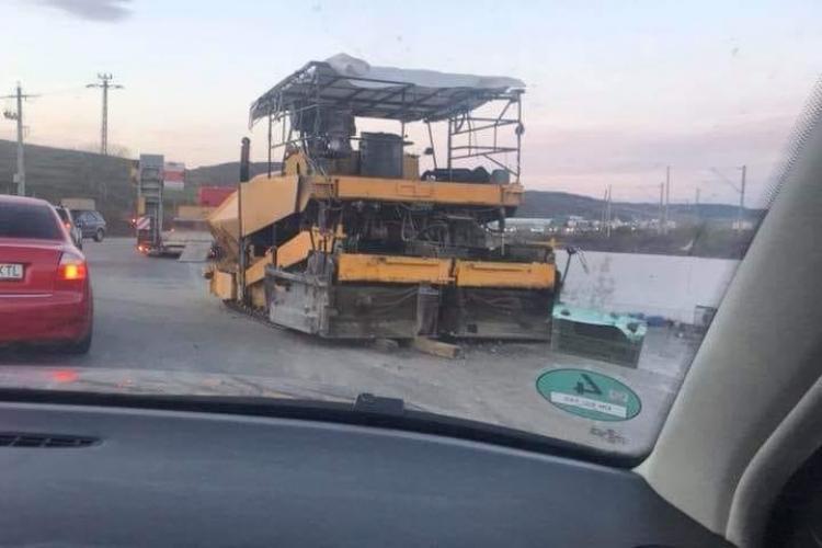 """Dorel, șoferul unui trailer, a """"pierdut"""" un utilaj de asfaltare în sensul giratoriu din Apahida - FOTO"""
