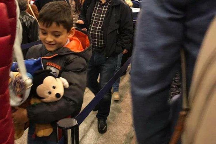Boc LĂUDAT pentru că stă la coadă la Aeroportul Cluj, la îmbarcare - FOTO