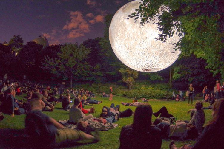 E WOW! O lună gigantică poate fi văzută la Biserica Piariștilor din Cluj-Napoca - FOTO