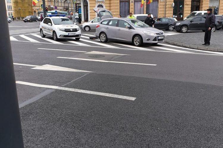Acesta e Clujul. Poliția locală ajută un șofer să schimbe roata mașinii - FOTO