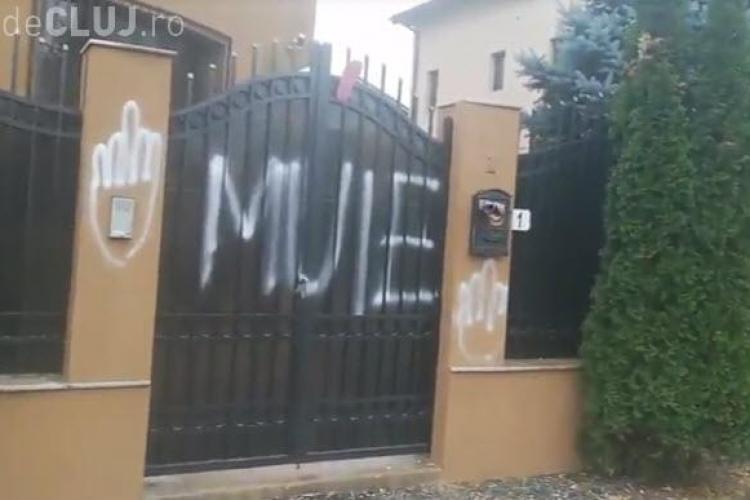 """Mălin Bot şi Marian Ceauşescu au lipit mesaje obscene pe poarta deputatului """"obscen"""" Florin Iordache  - VIDEO"""