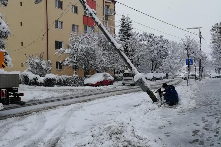 Un stâlp a căzut pe strada Fabricii de Zahăr din cauza zăpezii - FOTO