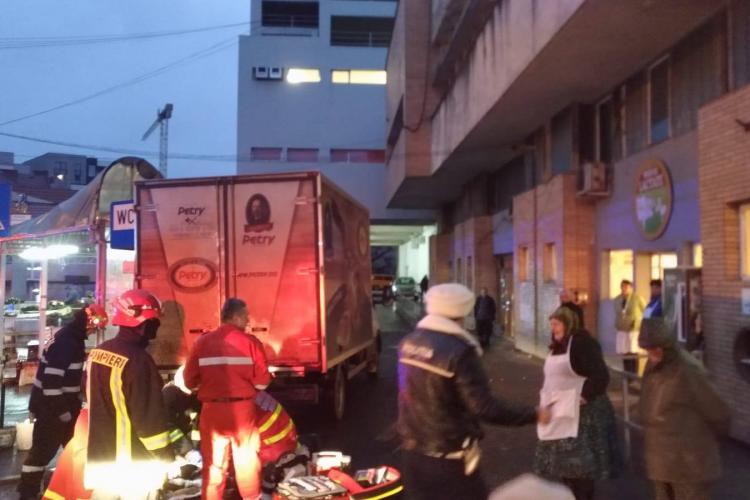 Accident mortal lângă Hala din Piața Mihai Viteazu. Femeie călcată de un camion - FOTO