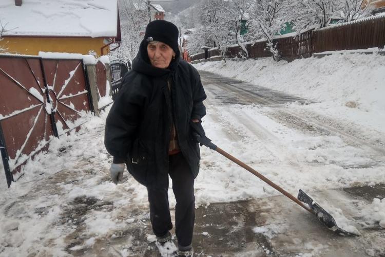 O bătrânică a pus mâna pe lopată și a deszăpezit drumul. Acesta ar trebui să fie Clujul - FOTO