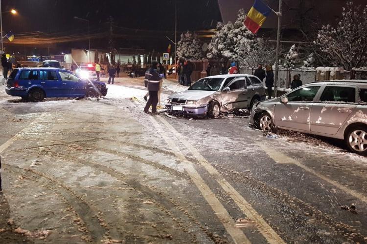 Accident pe Calea Baciului! Zăpada de pe drum i-a jucat o festă! Trei mașini s-au lovit - FOTO