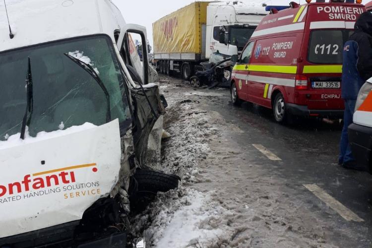 Accident la Coplean, lângă Dej, cu un mort și patru răniți. Au intrat sub un TIR - FOTO