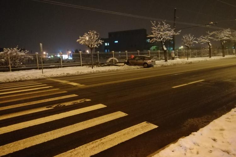 Accident pe Bulevardul Muncii! A derapat și a ieșit pe trotuar - FOTO