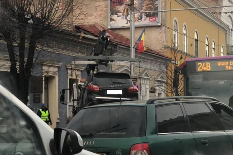 Cluj-Napoca - A parcat pe trotuar, în dreptul unui copac, dar nu a scăpat neridicat - FOTO