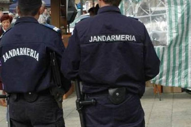 """Bișnițari """"săltați"""" de jandarmi la Cluj. Vindeau pe stradă haine și parfumuri contrafăcute"""