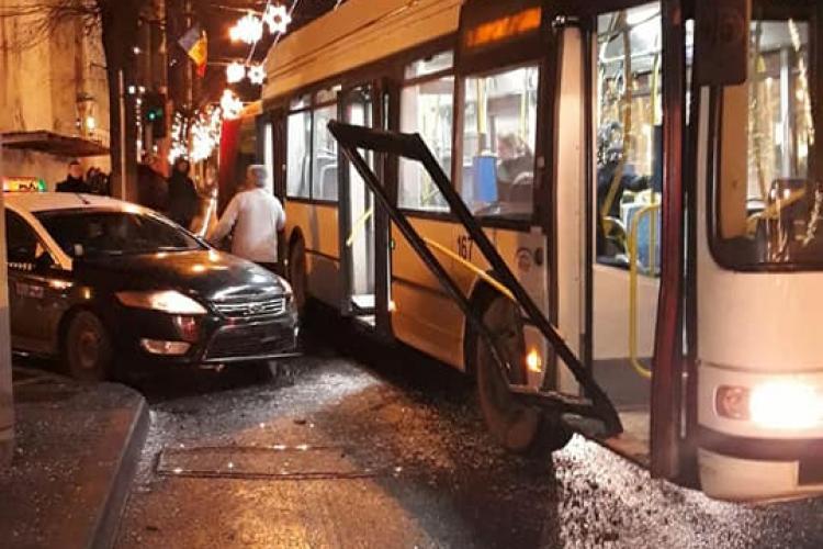 """Troleibuz """"demolat"""" de un taximetrist în centrul Clujului, lângă Sora - VIDEO"""