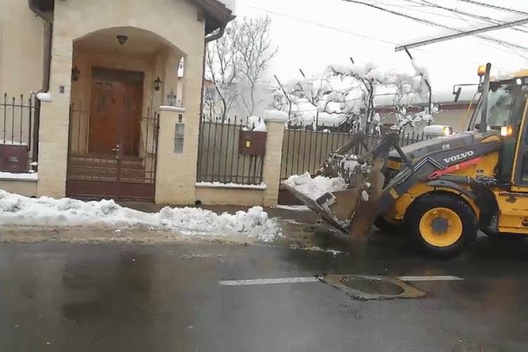 Utilajele de deszăpezire adună zăpada de pe străzile din Florești - VIDEO