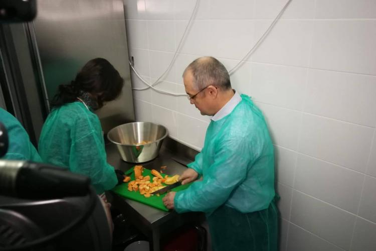 """Boc a gătit la proiectul """"O masă caldă"""". S-a inaugurat și noua bucătărie a asociației - VIDEO"""