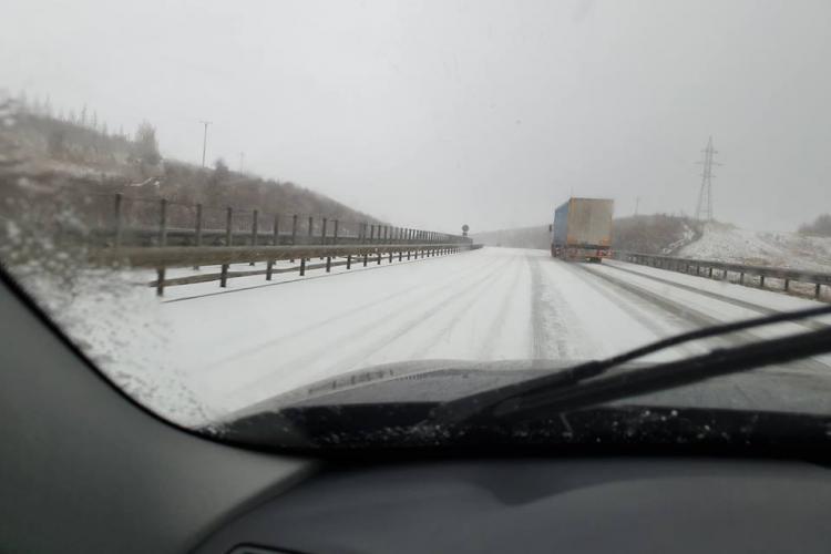 Zăpadă pe Autostrada Transilvania. Drumarii prinși nepregătiți, iarăși - FOTO