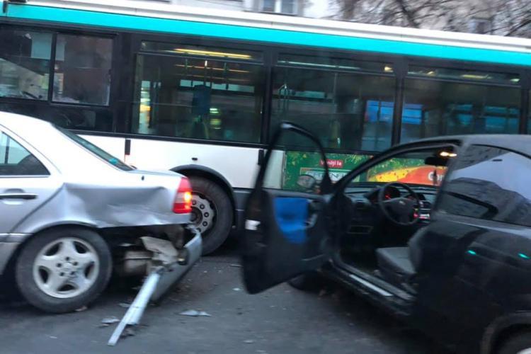 Accident între două mașini și un autobuz în Mănăștur FOTO