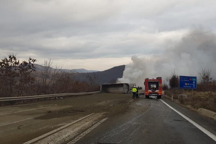 Basculantă mistuită de flăcări la Cluj. I-a explodat o anvelopă, apoi s-a făcut scrum FOTO