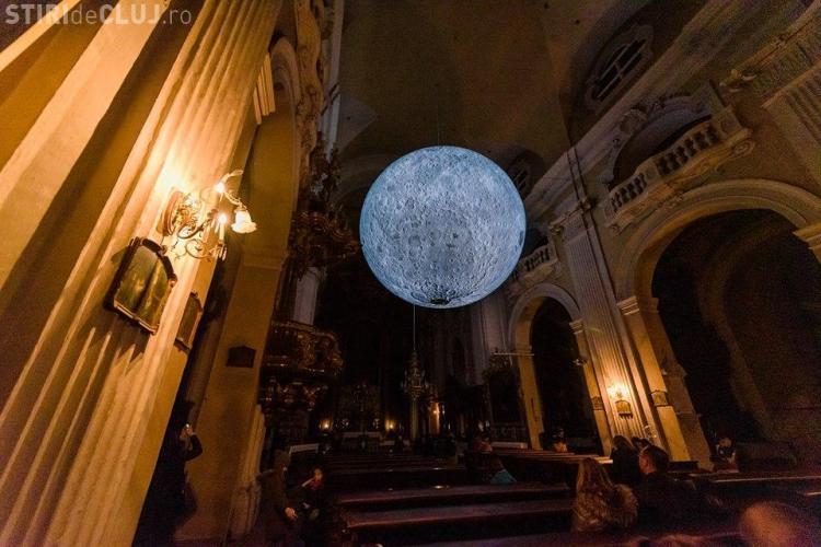 Luna uriașă de la Biserica Piaristă poate fi vizitată din nou. Condițiile sunt mult mai stricte