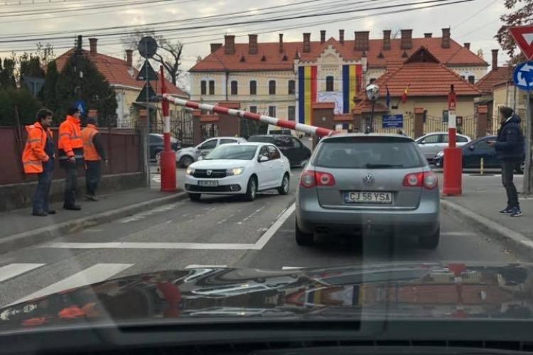 Bariera din Grigorescu, de pe strada C.A. Rosetti, a căzut peste un VW - FOTO