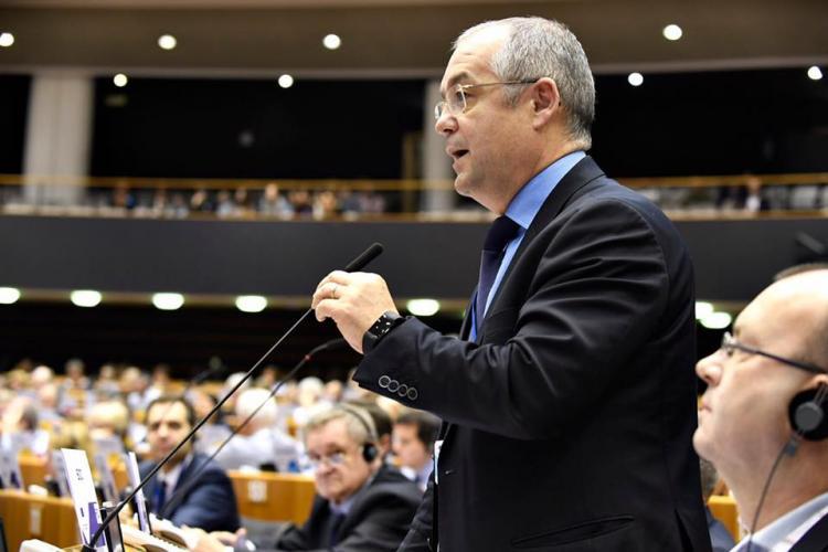 Emil Boc joacă rolul unui premier informal al României. I-a apărat pe români la Bruxelles