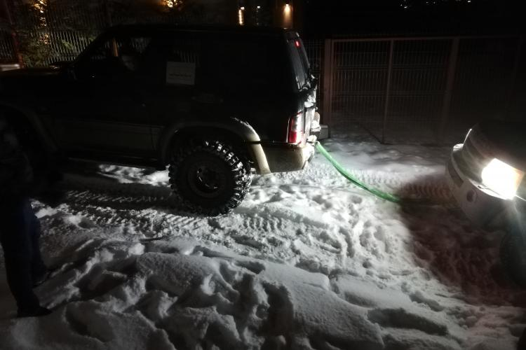"""Autoturism de teren înzăpezit, tractat de """"4X4 Rescue"""" pe strada Câmpului - VIDEO"""