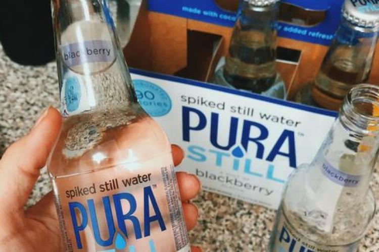 A fost inventată prima apă plată din care te poți îmbăta. Cât costă