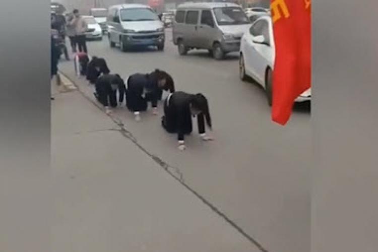 Angajați forțați să meargă în genunchi pentru că nu au făcut norma de PROFIT - VIDEO