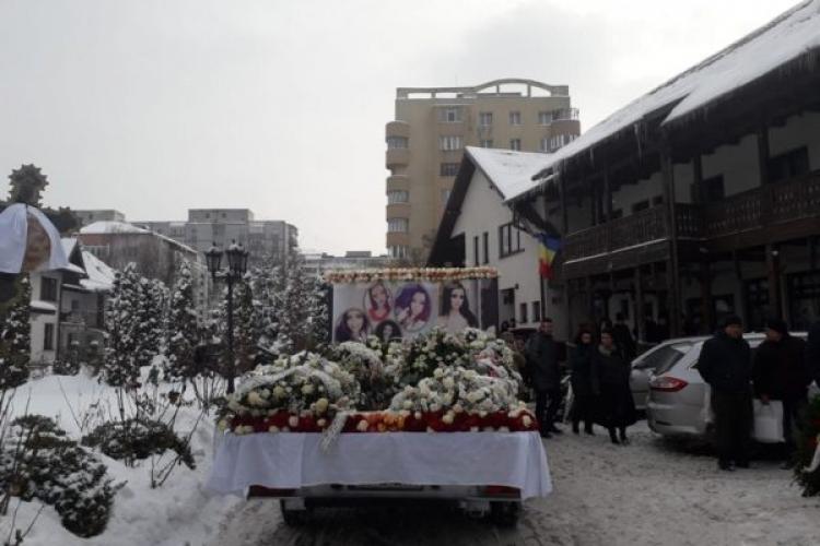 Sute de persoane la înmormântarea tinerei ucise în accidentul de la ieșire din Cluj FOTO